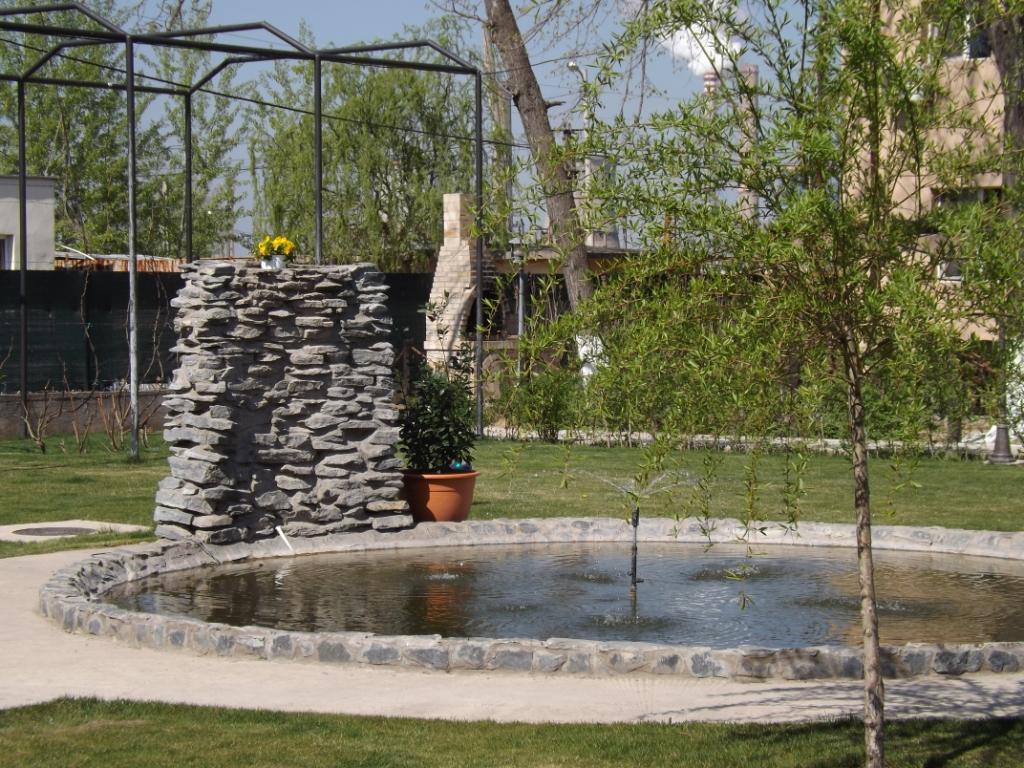 Casa Dobrescu Craiova - fantana artezian mic lac de agrement